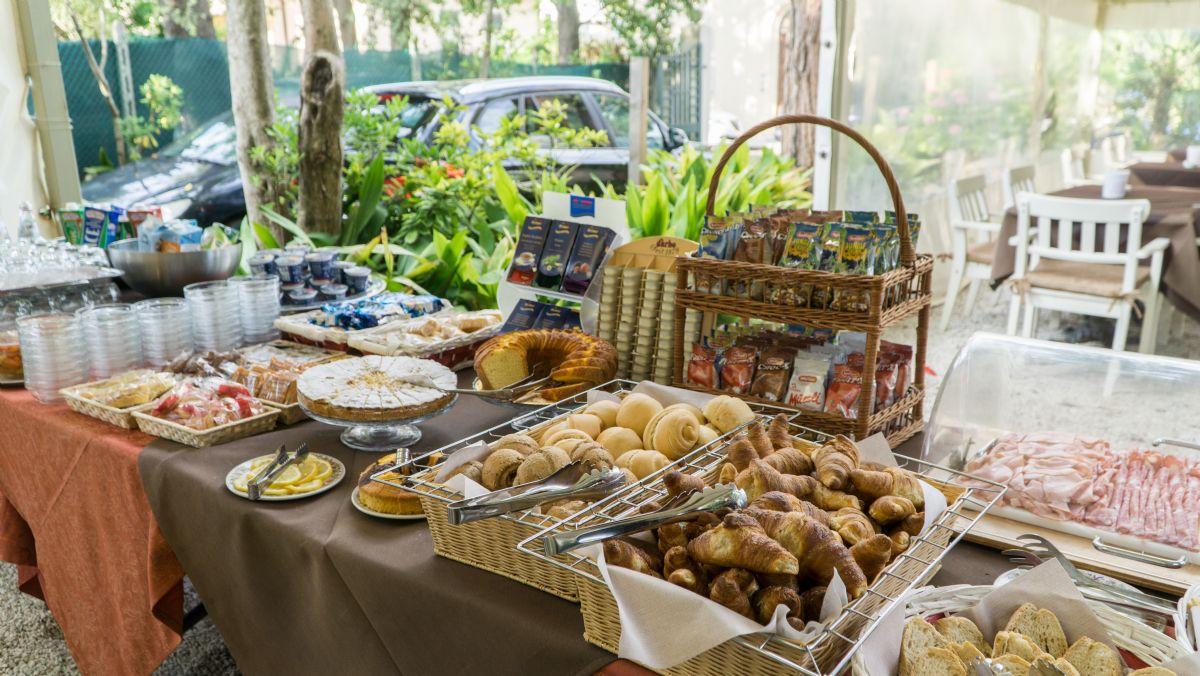 La colazione in giardino nel nostro hotel a lido di camaiore - Bagno amore lido di camaiore ...